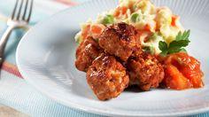 Alle liker tacokjøttboller! Med kjøttdeig av svin lager du raskt spenstige små kjøttboller med tacosmak. Bland potetmos og grønnsaker, og server med ferdig salsa, så har du garantertpopulærog superrask middag!