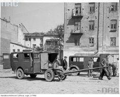 Samochód ciężarowy i przyczepa zaparkowane na placu w Lublinie.