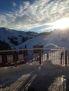 Skiën met ondergaande zon