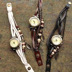 Para estar sempre nos bons momentos. Relógios boho com pulseiras artesanais.  Por R$ 3990  Saiba mais pelo nosso Whatsapp: 13982166299