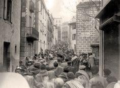 Refugiados republicanos españoles entran en las calles de Coillure.