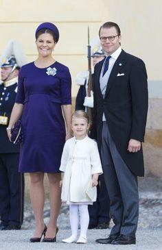 Victoria de Suecia -con un traje morado y un casquete a conjunto-, estaba radiante luciendo embarazo. La princesa llegó junto a su hija, Estelle de Suecia, y su marido, el príncipe Daniel