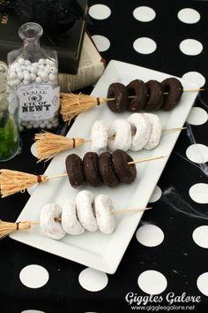 Recetas para Halloween: Minidonuts en escobas