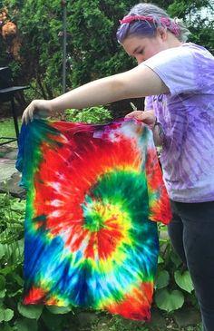 Dishfunctional Designs: Creative Inspiration From Vacation: 5 Of The Best Summer Crafts To Try Diy Tie Dye Shirts, Diy Shirt, Tie Dye Tutorial, Tie Dye Kit, Tie Dye Crafts, Tie Dye Techniques, How To Tie Dye, Tie Dye Patterns, Tye Dye