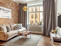 Szare zasłony z lnu,szary tkany dywan,industrialny stolik z drewnianej palety,ściana z czerwonej cegły retro (26645)