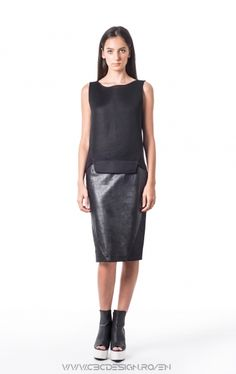 """Sleeveless top with front from 3D spacer mesh fabric and back from thin cotton jersey. The angled cut and the """"honeycomb"""" texture gives a strong sport note, but because of its neutral color, it can be easily worn in a sleeker outfit."""