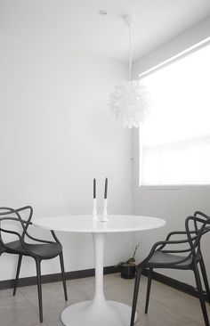If you want to add a special touch to your Scandinavian dining room lighting design, you have to read this article that is filled with unique tips. Saarinen Tisch, Saarinen Table, Dining Room Lighting, Dining Room Chairs, Dining Rooms, Rooms Home Decor, Room Decor, Modern Table And Chairs, Masters Chair