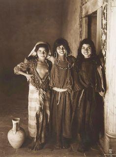 Rudolf Lehnert (1878-1948) et Ernst Landrock (1878-1966) pourraient être à l'heure actuelle les auteurs de l'œuvre photographique picturale la plus connue et monumentale sur l'Egypte et le Maghreb composée de scènes de genre, portraits, paysages et de...