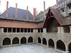 Se existe um monumento simbólico e significante em Guimarães, é bem o Paço dos Duques de Bragança. Foi mandado construir, no 1o quartel do século XV em 1401, por D. Afonso, primeiro duque de Bragan...