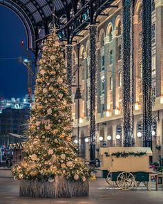 Christmas in England / London Christmas In Britain, Christmas In The City, Christmas Feeling, London Christmas, Days Until Christmas, Noel Christmas, Beautiful Christmas, Christmas 2017, Elegant Christmas