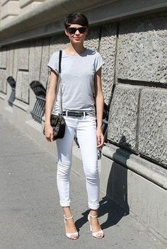 グレーTシャツと白クロップドパンツ着こなしコーデ