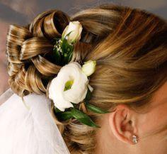 Brautfrisur mit Blumen und Schleier