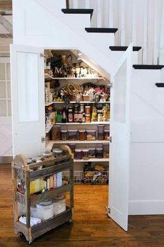 こんなに便利!階段下収納に大注目!!|SUVACO(スバコ) 階段がキッチンに近い場合には、パントリーとしても大活躍。人の背丈ほどのスペースが確保できたら出し入れの際の負担も減りますね。