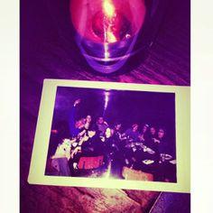 Kristen Stewart foi fotografada se divertindo na comemoração do aniversário de uma amiga, a Kassey, ontem (02) em Los Angeles. A atriz estava com um grande grupo de amigos. Vejam: