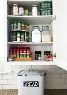Minimalist Apartment Organization Ideas 40 Living in a small apartment can feel suffocating at times, but some people actual prefer living in a tiny space. Organisation Hacks, Spice Rack Organization, Spice Storage, Kitchen Cabinet Organization, Kitchen Storage, Home Organization, Kitchen Cabinets, Cabinet Ideas, Kitchen Tray