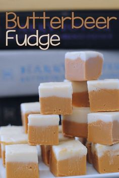 Butterbeer Fudge Copycat Recipe The Wizarding World of Harry Potter is finally open and one of the best things about it is the Butterbeer! You can get Butterbeer in so many forms, regular, frozen, a potted Butterbeer cream, and even Butterbeer fudge. Fudge Recipes, Candy Recipes, Copycat Recipes, Dessert Recipes, Harry Potter Snacks, Butterscotch Fudge, Vanilla Fudge, Maple Fudge, Butterbeer Recipe
