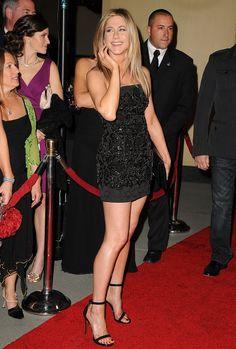 Jennifer Aniston leggy in a little black stapless. - Jennifer Aniston Legs and Sexy Style Estilo Jennifer Aniston, Jennifer Aniston Friends, Jennifer Aniston Pictures, Jeniffer Aniston, John Aniston, Manequin, Celebrity Dresses, Beautiful Celebrities, Hollywood Actresses