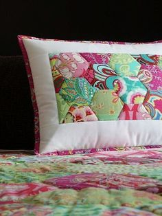 Love this pillow for an intro to Hexies project. Site is in Chech, but good pics