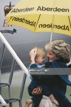 Diana Princess of Wales shelters her son Prince Harry from the rain whilst boarding an aircraft at Aberdeen Airport in Scotland September 1985 Prince William And Harry, Prince Harry, Aberdeen Airport, Royal Family Pictures, Best Umbrella, Princess Diana Fashion, Princes Diana, Charles And Diana, Lady Diana Spencer