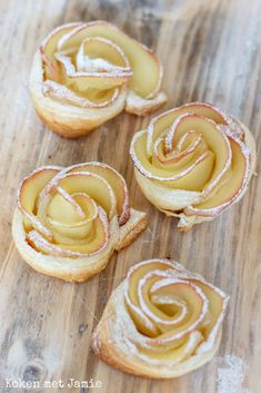 Appelflap Mini Desserts, No Bake Desserts, Delicious Desserts, Dessert Recipes, Yummy Food, Grolet, Sweets Cake, Beignets, Sweet Recipes