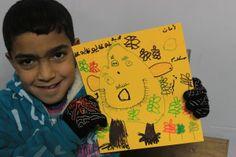 """La guerra de Siria según los niños. Muhannad, 9 años En un campamento de Líbano, Muhannad muestra el dibujo de un monstruo metafórico (la guerra) que se ha comido las cosas bonitas, como las mariposas. Escrito, añade: """"Seguridad, paz y estabilidad""""."""