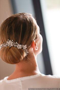 Chignon basso con accessorio per capelli da sposa  matrimonio  nozze  sposa   acconciatura 1d41974ff4ec