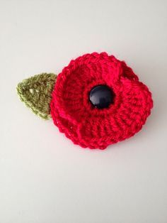 Yesterday I went with my son and daughter to see the Blood Swept Lands and Seas of Red poppy installation at the Tower of London. Knitted Poppy Free Pattern, Crochet Flower Patterns, Knitting Patterns, Crochet Appliques, Amigurumi Patterns, Crochet Crafts, Yarn Crafts, Crochet Projects, Crochet Tutorials