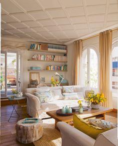 Salón con zona de trabajo y estantes a modo de librería