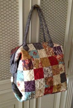 Best 12 Great idea for the drunkard's path.Com - Her Crochet Quilted Tote Bags, Patchwork Bags, Handmade Purses, Handmade Handbags, My Bags, Purses And Bags, Diy Bags Patterns, Wallet Pattern, Fabric Bags