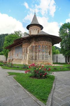Voroneţ painted monastery, a Unesco World Heritage Site in northern Moldavia, Romania (by DSLEWIS). Places Around The World, Travel Around The World, Around The Worlds, Bulgaria, Ancient Greek Architecture, Gothic Architecture, Beautiful World, Beautiful Places, Europe Centrale