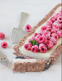 No bake vanilla & raspberry tart [hazelnut+raisin crust; Tart Recipes, Sweet Recipes, Dessert Recipes, Raw Desserts, Just Desserts, Manger Healthy, Yummy Treats, Sweet Treats, Agriculture Bio