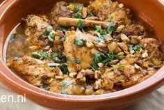 Marokaanse kip Met de tajine, een traditionele kookpot uit Noord-Afrika, kun je echt de heerlijkste gerechten bereiden. Zo ook deze Marokkaans gekruide kip met geroosterde amandel, kaneel en sinaasappel. Bestrooi voor het opdienen de kip met de amandelen en fijn gehakt koriander.Héérlijk met een couscous salade en met stukjes Marokkaans brood om te dippen. Eet smakelijk! Tip: heb je geen tajine in huis? Geen nood! Met een braadpan kun je ook dit heerlijke gerechtje maken.