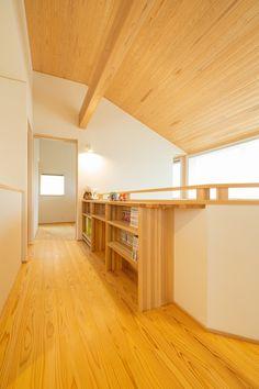 本をたくさんお持ちのご家族。雰囲気を統一できる造り付けの本棚を、2階ホールにも設けました。     #広がり間取り #小さくつくって広く住む #共有スペース #2階ホール #スタディコーナー #スタディスペース #書斎 #造作カウンター #造作家具 #造作棚 #造作本棚 #勾配天井 #吹き抜けのある家 #木の家 #自然素材の家  #新潟注文住宅 #ナレッジライフ Divider, Loft, House Design, Japanese, Pure Products, Furniture, Home Decor, Tools, Diet