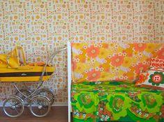 retro gul dukkevogn fra 70-tallet
