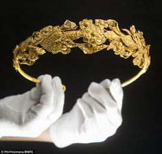 Incredibly rare Ancient Greek crown found under bed Rare Ancient Greek gold crown was kept for decades in box of newspapers under bed Ancient Jewelry, Antique Jewelry, Vintage Jewelry, Royal Crowns, Royal Tiaras, Greek Jewelry, Royal Jewelry, Gold Jewelry, Cz Jewellery