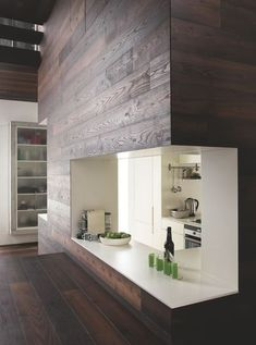 La cuisine ouverte lambrissée de bois d'une maison de ville parisienne. Plus de photos sur Côté Maison http://petitlien.fr/7tuz