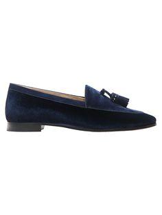 Zapato mocasín elaborado en terciopelo color azul con detalle de borlas en material de corte. Forro y planta en piel caprina.