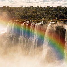 @cataratasarg - A maior parte das Cataratas do Iguaçu está em território argentino é possível sentir as quedas muito próximas e com um ponto de vista totalmente diferente para quem realmente pretende conhecer uma das 7 maravilhas da natureza. Tivemos a sorte de pegar este arco-íris maravilhoso em nossa visita e lá ao fundo a bandeira do lado brasileiro. . . . @cataratasdoiguacu @fozdoiguacupr  #cataratas #cataratasdoiguaçu #cataratasdeliguazu #cataratasdoiguacu #cataratasdeiguazu…