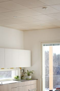 Koskisen Arkki-sisustusvaneri hurmaa keittiön katossa  http://www.koskisen.fi/tuotteet/vanerituotteet/arkki-sisustusvaneri