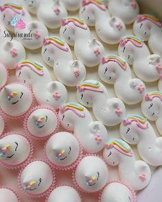 Meringue Desserts, Meringue Cookies, Royal Icing Cookies, Cupcake Cookies, How To Make Meringue, Meringue Kisses, Unicorn Foods, Fantasy Cake, Party Sweets