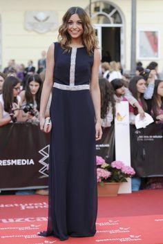 Carlota Baro, la actriz de El secreto de Puente Viejo, fue de las más elegantes con un sencillo vestido recto en azul noche y con bordados plateados en pecho y cintura.