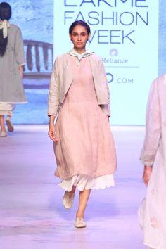 EKA at Lakmé Fashion Week Summer/Resort 2017 Indian Western Dress, Indian Wear, Indian Style, Simple Kurti Designs, Kurta Designs, Lakme Fashion Week, India Fashion, Women's Fashion, Indian Wedding Outfits
