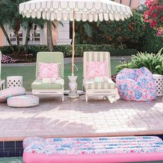 🌟Tante S!fr@ loves this📌🌟Bliss out and catch some rays with our bright and colorful collection! Outdoor Spaces, Outdoor Living, Outdoor Decor, Palm Beach Decor, Vintage Patio, Patio Umbrellas, Pool Designs, Backyard Designs, Pool Landscaping