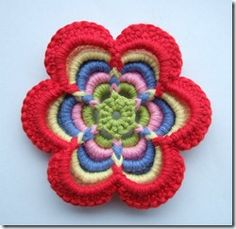 Hace tiempo hicimos un broche de una flor a ganchillo en un tejijuntas en Dehilos y como estamos en épocas de regalos se me ocurre puede...