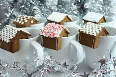 21 Amazing and Delicious Party Drinks for the Holiday Season - Gingerbread houses for serving with hot drinks at Christmas