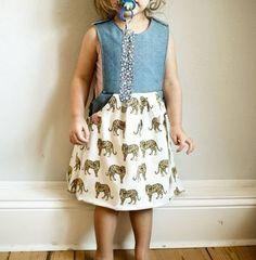 Latzhose oder Latzkleid für Mädchen - Schnittmuster und Nähanleitung via Makerist.de