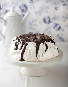 פבלובת קוקוס במילוי שוקולד. צילום: שירן כרמל, סטיילינג: אורית עציון  Chocolate Filled Pavlova [Hebrew]