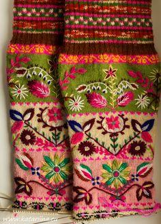 Katariina kudugurmee: Muhu sukad Mittens Pattern, Knit Mittens, Knitting Socks, Hand Knitting, Hand Embroidery Patterns Flowers, Floral Embroidery, Laine Rowan, Knitting Designs, Knitting Patterns