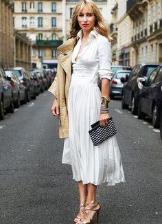 Robe blanche + veste en cuir sable + touche de doré = le bon mix