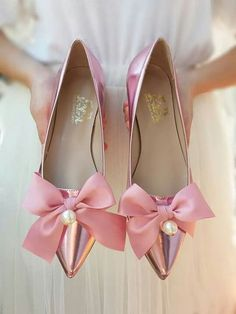 Oh what a gorgeous pair of ! We are in love 😍 Thinking of flats for your wedding? These new Magic Mirror Fairytale flats from will be perfect! Fancy Shoes, Bow Shoes, Bow Flats, Pretty Shoes, Pink Shoes, Beautiful Shoes, Cute Shoes, Me Too Shoes, Best Bridal Shoes